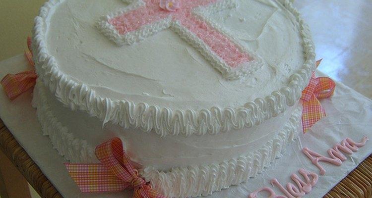 Hornea y decora una torta de bautismo hermosa que traerá una sonrisa a la cara de la persona recién bautizada y su familia.