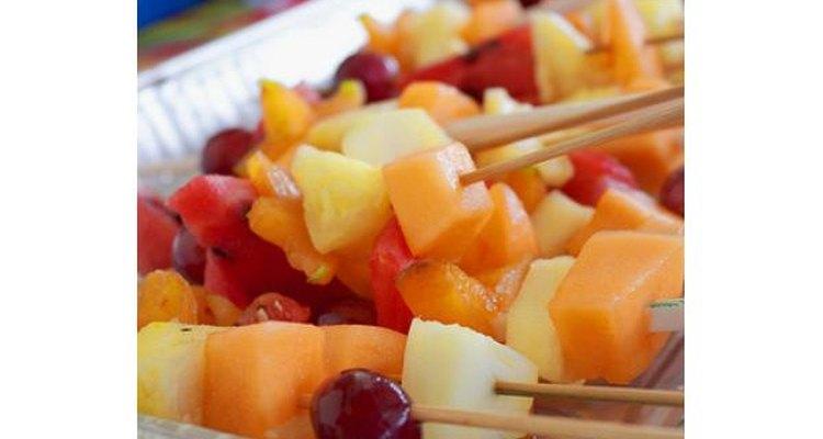 Cereza, manzana y melón en deliciosos brochettes.