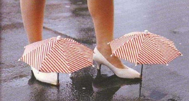 Los zapatos con paraguas muestran de lo que son capaces las mujeres por su belleza.