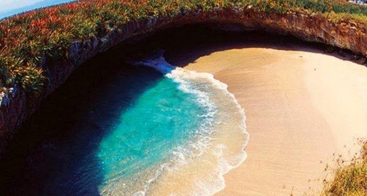 Esta praia parece que foi criada pelo impacto de um meteoro