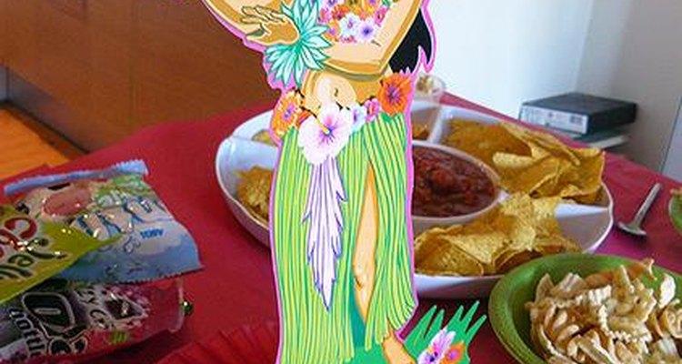 Haz centros de mesa creativos para tu fiesta temática hawaiana con artículos tales como leis hawaianos.
