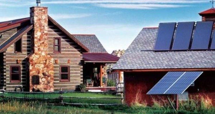 Los paneles fotovoltaicos transforman la energía de la luz solar en electricidad que puede ser utilizada inmediatamente o almacenada en baterías.