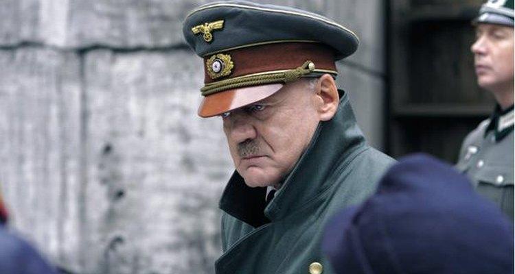 Bruno Ganz caracterizado como Adolf Hitler.