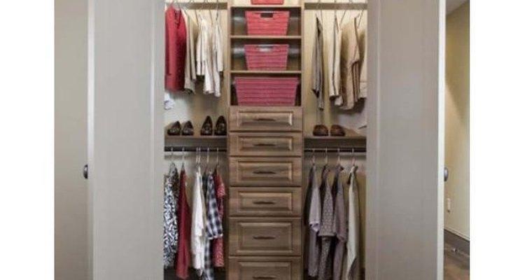 Las cestas de mimbre son decorativas y aumentan el espacio en tu armario.