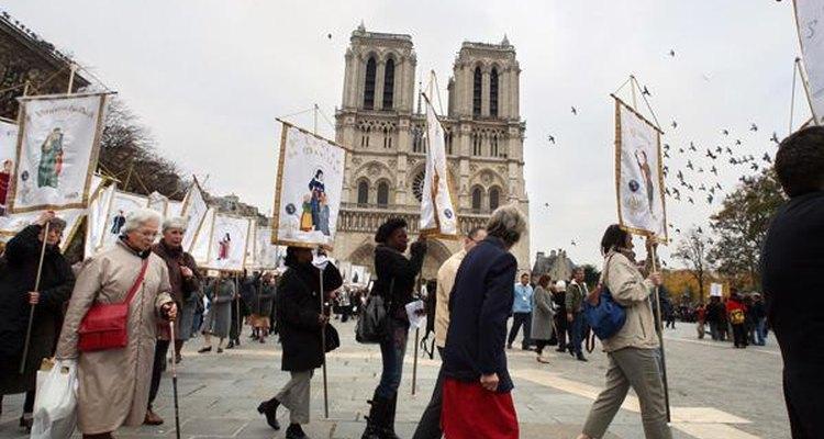 Una procesión se forma frente a la Catedral de Notre Dame en París.