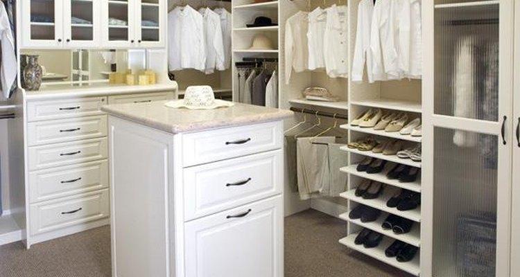 Dos barras para colgar la ropa solucionarán tu problema de espacio.