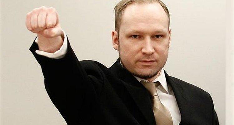 Anders Breivik haciendo un gesto masón durante su juicio.