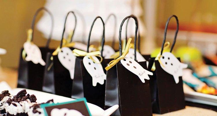 Se puede utilizar la misma imagen para crear diferentes artículos de papel, como adornos para los pasteles, etiquetas de favores, menúes e incluso la invitación a la fiesta.