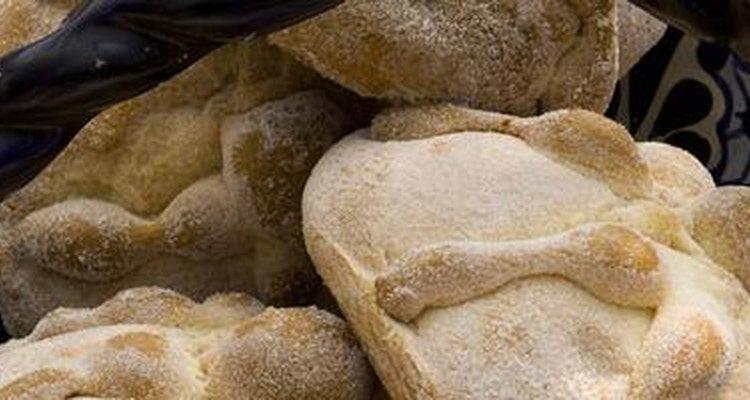 El pan de muerto se elabora a base de harina de trigo, huevo, azúcar, raspadura de naranja y hay en 2 variedades: espolvoreado con azúcar o con ajonjolí.