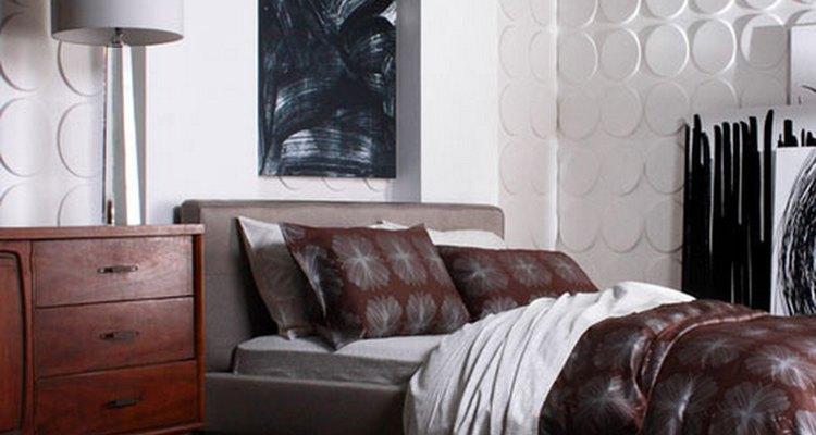 Dê textura às paredes e use um cobertor estampado para destacar o ambiente