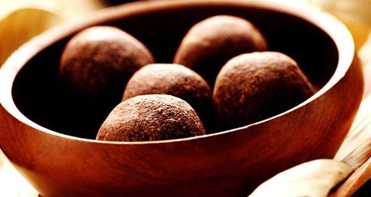 De las semillas de cacao se produce polvo para crear chocolate.