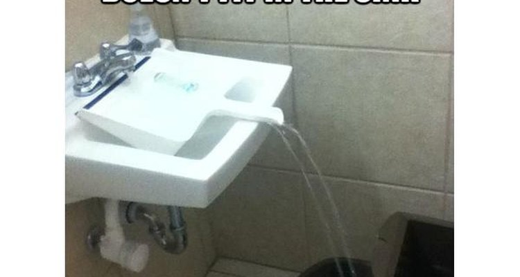 Una pala funciona como un embudo para guiar el agua hacia la cubeta.
