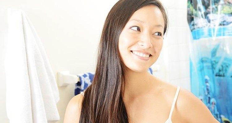 Depilarte todos los cabellos finos sirve para enfatizar la forma de la ceja y le da una apariencia más definida.