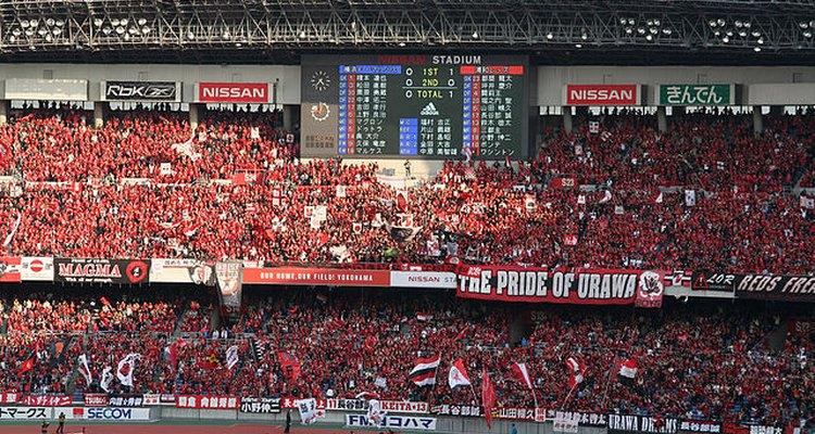 Hinchada del Urawa recibe a su equipo antes de comenzar un encuentro por la Liga japonesa.