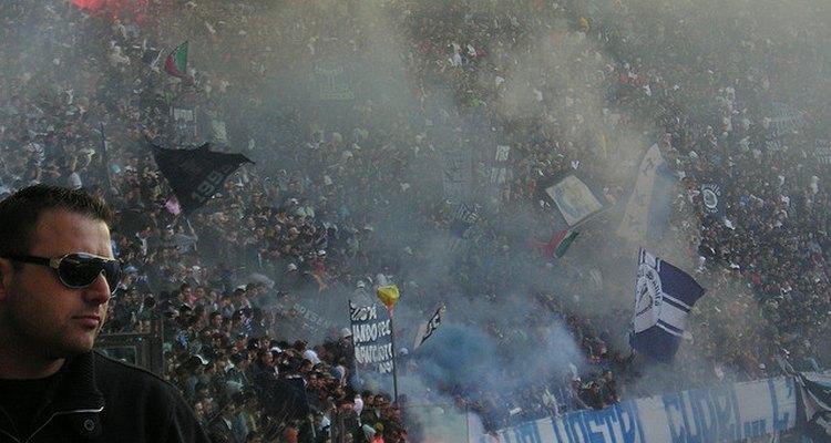 La hinchada del Napoli festeja la victoria de su equipo.