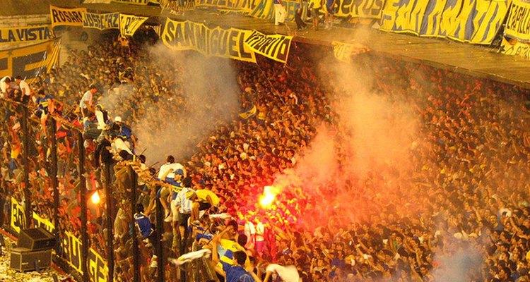 Hinchada de Boca Juniors recibe a su equipo en un partido por la Copa Libertadores.
