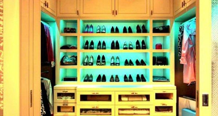 Aprovecha la esquina del armario para organizar tu calzado.