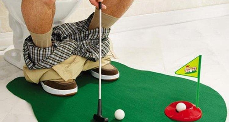 Aprovechar el tiempo en el baño, el concepto inspirador del practicador de golf para baños.