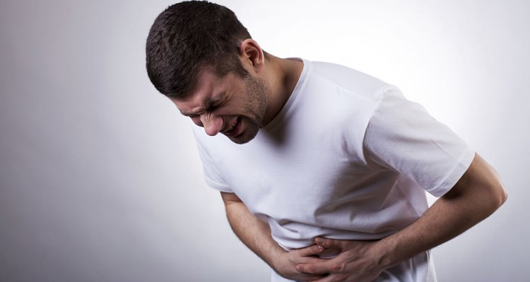 El dolor del lado izquierdo del pecho puede deberse a diversas causas.