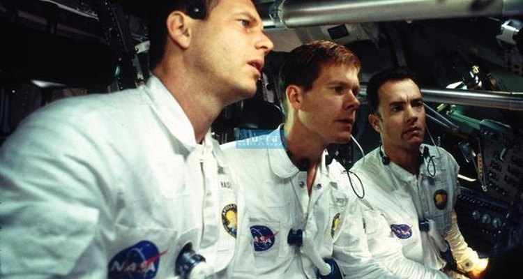 Tripulantes del Apollo XIII  tratando de gobernar la aeronave.