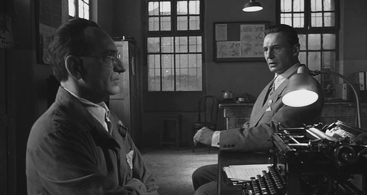 Oskar Schindler (Liam Neeson) y su contable judío Itzhak Stern (Ben Kingsley) en una escena de la película.