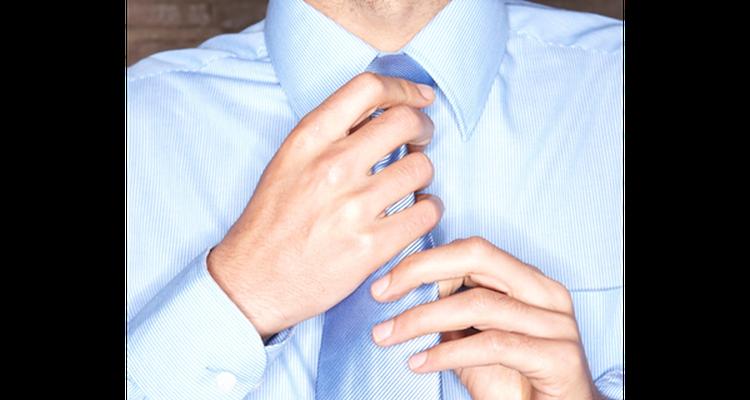 Tocarse el cuello o acomodar el primer botón de la camisa trasmite inseguridad.