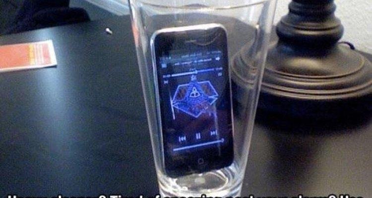 Si eres el tipo de persona que apaga la alarma antes de que el cerebro haya empezado a funcionar, trata de colocar tu celular dentro de un vaso.