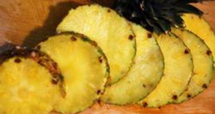 Retire o abacaxi, corte e use-o imediatamente