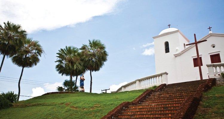 A decoração da Igreja de Nossa Senhora do Rosário e São Benedito segue o estilo barroco-rococó