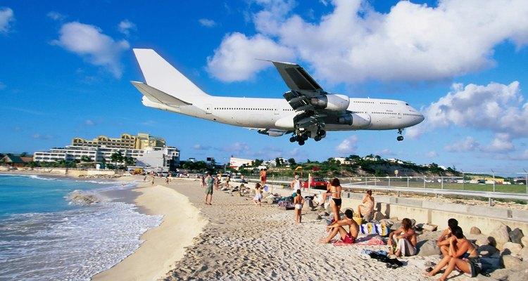 A proximidade do aeroporto à praia faz com que os aviões passem próximos aos banhistas