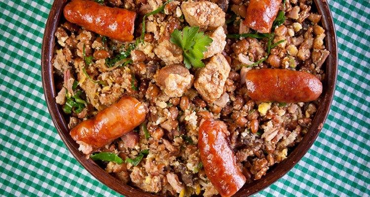 O feijão tropeiro é acompanhado de torresmo, linguiça e bacon