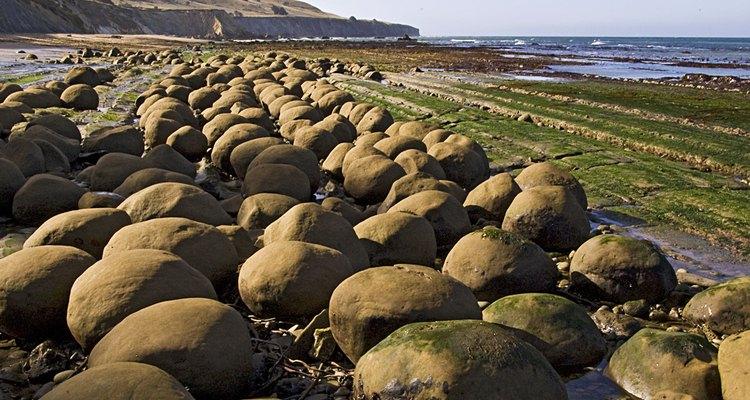 As esferas rochosas podem ser vistas ao longo de toda a praia