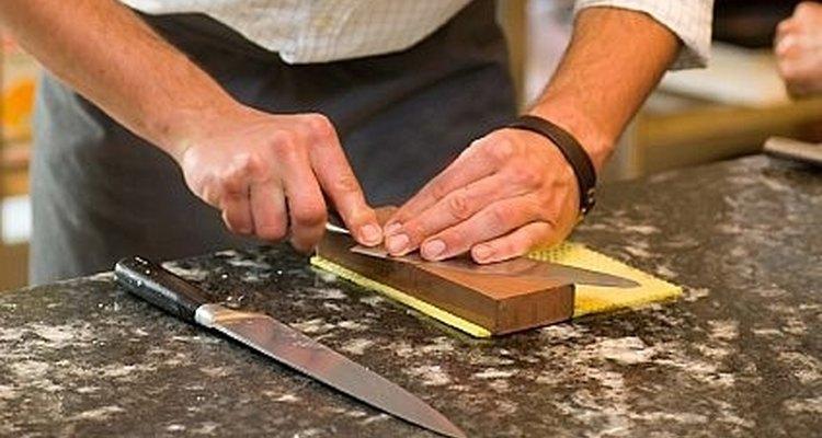 Afilando cuchillos de cocina.