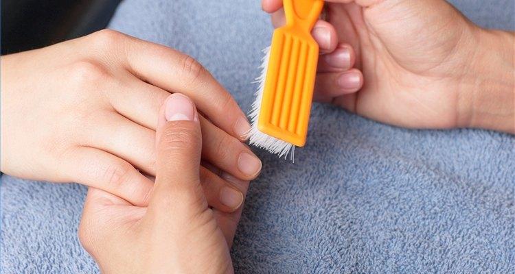 Blanqueando uñas amarillas