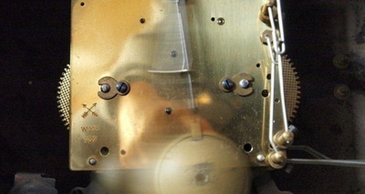 Ajustando o pêndulo de um relógio