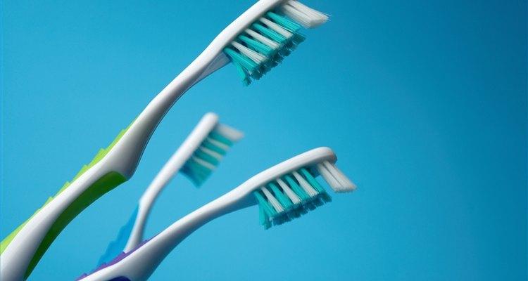 Esterilize uma escova de dente no micro-ondas