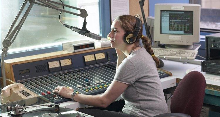 Consigue un empleo en una estación de radio.