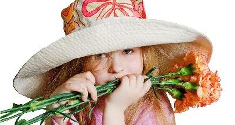 Añade accesorios a un sombrero para primavera.