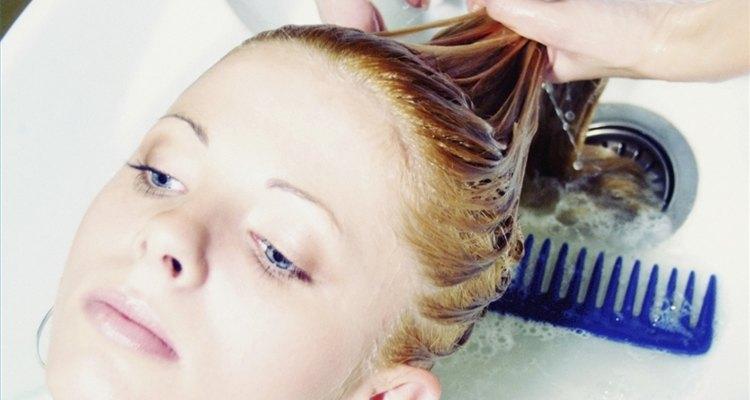 Utiliza jugo de limón para aclararte el cabello.