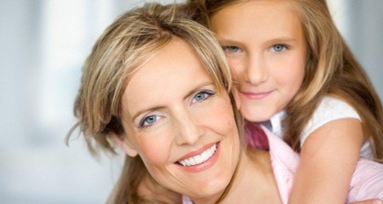 Use água oxigenada para clarear os cabelos