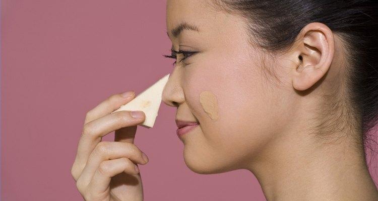 Usa una esponja para base de maquillaje.