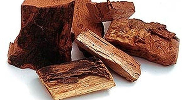 Añade pedazos de madera dura, como la del nogal, el cerezo, el manzano o alguna otra madera aromática.