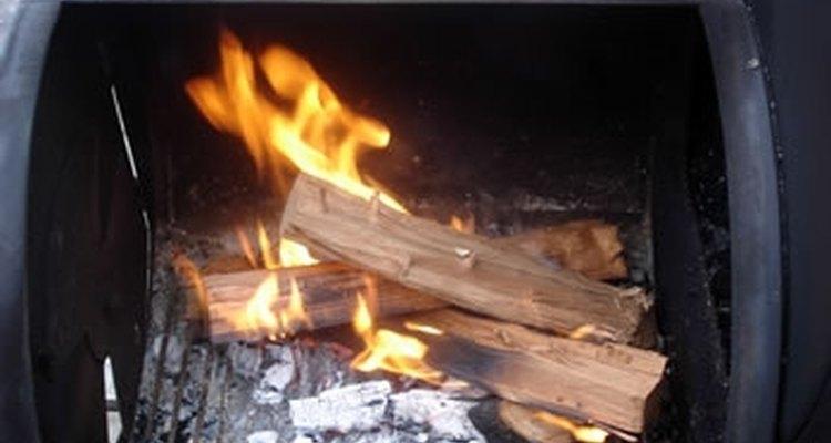 Coloca la carne en el ahumador en el lado de la parrilla lo más alejada posible del fuego.