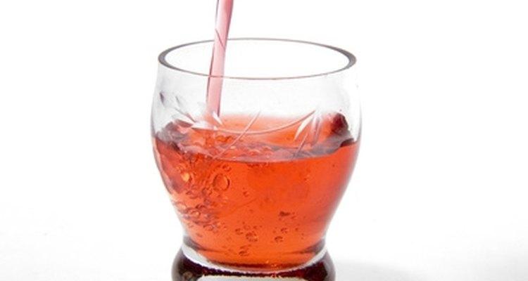 Un poco de sabor de fresa o melocotón hará un trago dulce típico de vernano.