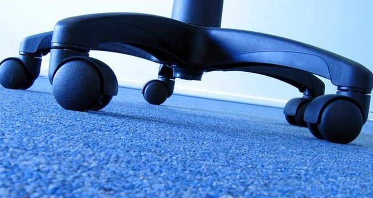 ¿Hay cabello atascado en las ruedas de tus muebles?