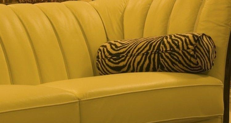 Haz una funda de sofá para extender la vida útil de un asiento desgastado.