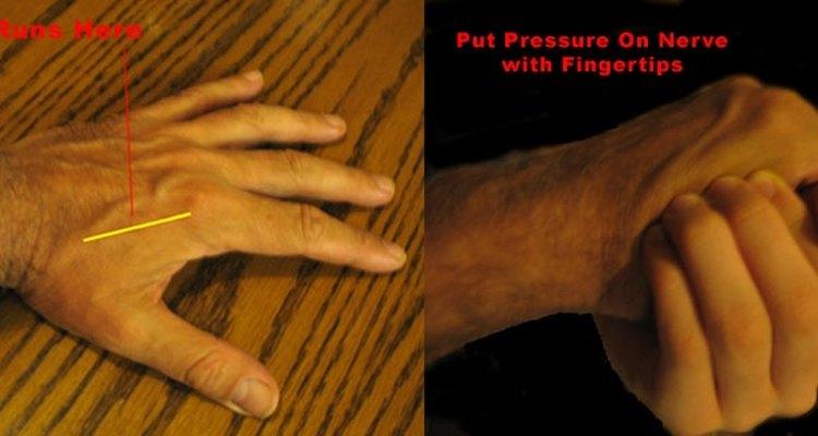 Utilize as pontas dos dedos para colocar pressão sobre o nervo que corre ao longo da borda superior do osso da mão do seu oponente