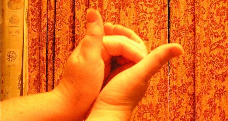 Coloca tus manos, dejando una zona como de cueva entre las palmas.
