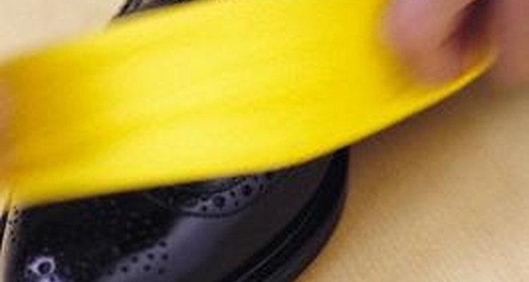Abrillanta tus zapatos con productos caseros en un momento.