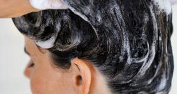 Masajea el champú en tu cuero cabelludo y déjalo 5 minutos antes de enjuagar.